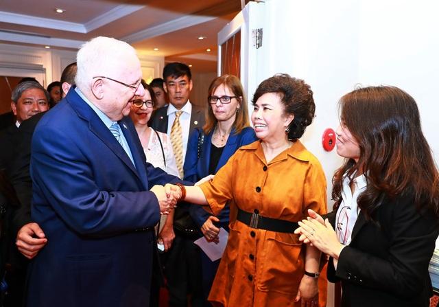 Tổng thống Israel Ruvin – cũng như người tiền nhiệm Tổng thống Shimon Peres từng tới thăm tập đoàn TH luôn tin tưởng vào một ly sữa đẳng cấp quốc tế mà TH đang sản xuất với công nghệ cao từ Israel.