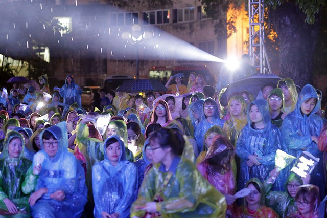 Cơn mưa bất chợt tối 13/5 không khiến cho ngọn lửa cuồng nhiệt của các fan Kpop lụi tắt