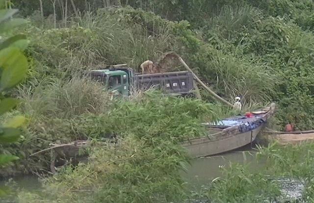 Tàu của công ty Tứ Quý hút cát trên sông Dinh