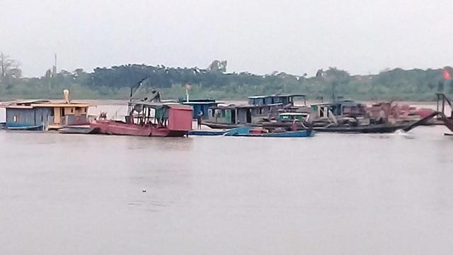Các tàu vỏ thép dàn hàng ngang thò vòi xuống khai thác cát trái phép trên sông Hồng