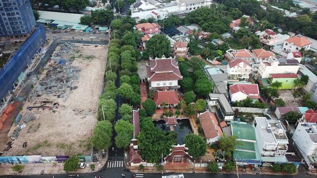 Năm 1958, hòa thượng Thích Trí Dũng và các tăng ni của mình đã dựng nên phiên bản chùa Một Cột ở Sài Gòn.