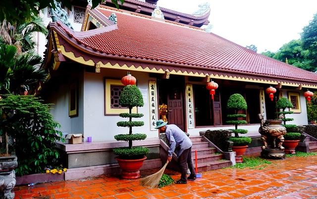 Nhiều người dân ở gần chùa thường đến lao động công quả, giữ cho chùa luôn sạch sẽ và yên tĩnh.