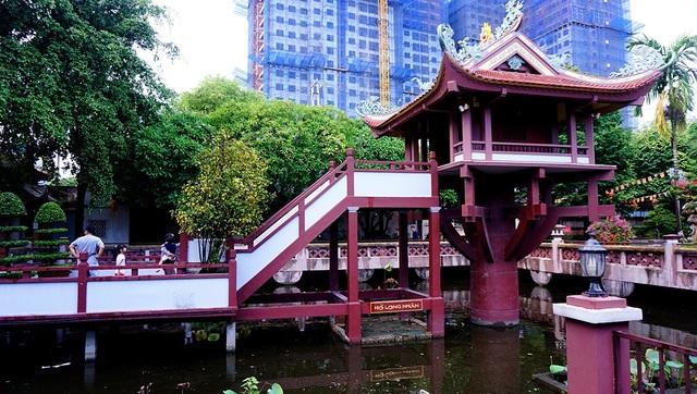 Ngôi chùa Một Cột được làm bằng vật liệu xi măng cốt thép.