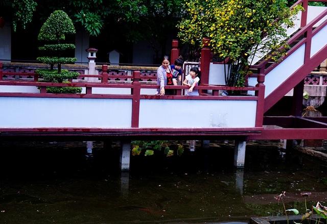 Chùa Một Cột nằm trên hồ Long Nhãn.