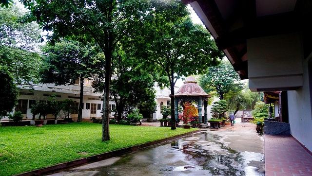 Một góc vườn cây bên trong chùa.