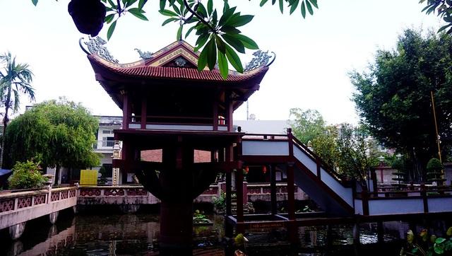 Ngôi chùa Một Cột nằm giữa hồ Long Nhãn (mắt rồng), phía sau cổng tam quan với diện tích 600m2