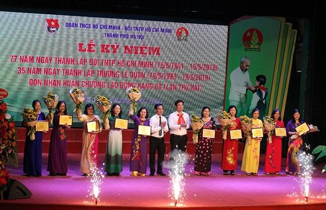 Trao giải thưởng Cống hiến cho 10 cá nhân có nhiều đóng góp cho công tác Đội và phong trào thanh thiếu nhi Thủ đô