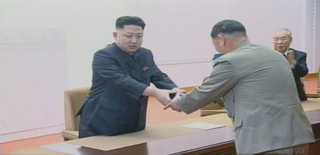 Nhà lãnh đạo Kim Jong-un trao quà là đồng hồ có in tên cố lãnh đạo Kim Jong-il cho một nhà khoa học hạt nhân hồi năm 2013 nhằm ghi nhận đóng góp của nhà khoa học cho sự nghiệp bảo vệ an ninh quốc gia Triều Tiên (Ảnh: Korea Times)