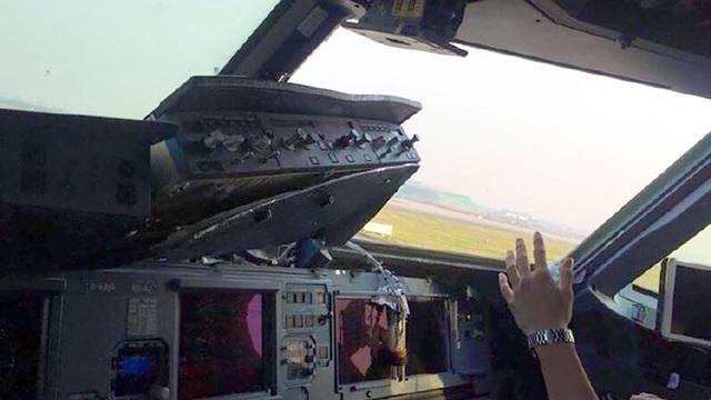 Phần cửa máy bay bên phải rơi ra trên không trung khiến bảng điều khiển hư hỏng nặng. (Ảnh: Weibo)