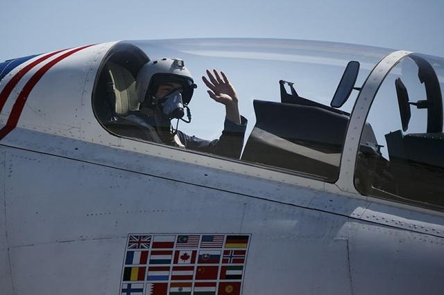 Phi công của đội bay Hiệp sĩ Nga vẫy tay chào khán giả.