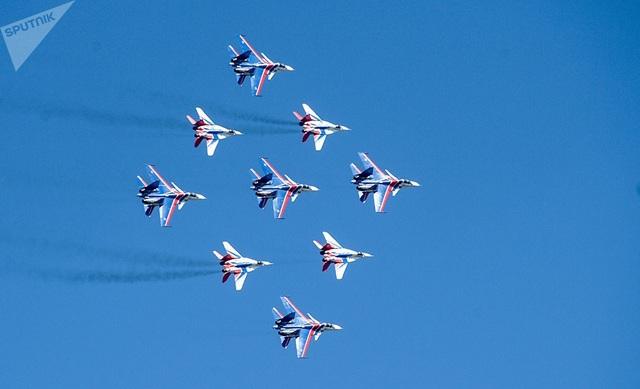Các máy bay chiến đấu Su-30SM của đội bay Hiệp sĩ Nga và máy bay MiG-29 của đội bay Strizhi dàn đội hình đẹp mắt tại triển lãm hàng không.