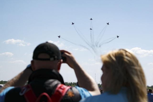 Khoảnh khắc biểu diễn ấn tượng của 6 máy bay thuộc đội bay Strizhi.