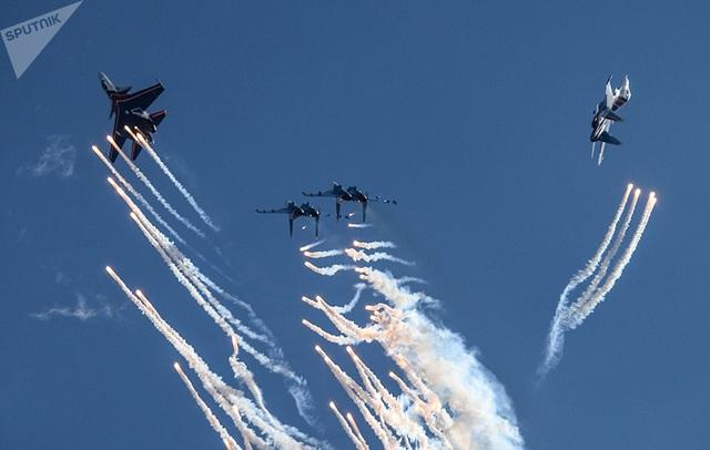 Đội bay Hiệp sĩ Nga với sự tham gia của các máy bay chiến đấu Su-30SM cống hiến cho khán giả những màn nhào lộn ấn tượng.