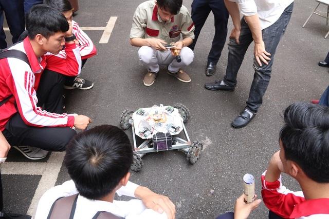 Một nhóm học sinh đang trải nghiệm điều khiển robot.