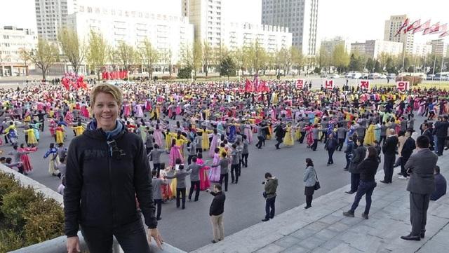 Rachel Davey chụp ảnh trước sự kiện khiêu vũ tập thể tại Triều Tiên (Ảnh: Rachel Davey)