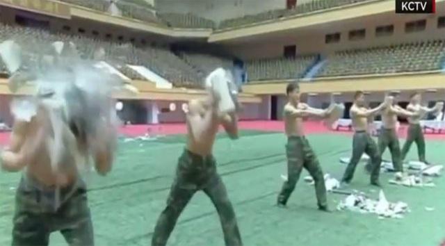 Một cảnh luyện tập của vệ sĩ Triều Tiên (Ảnh: KCTV)