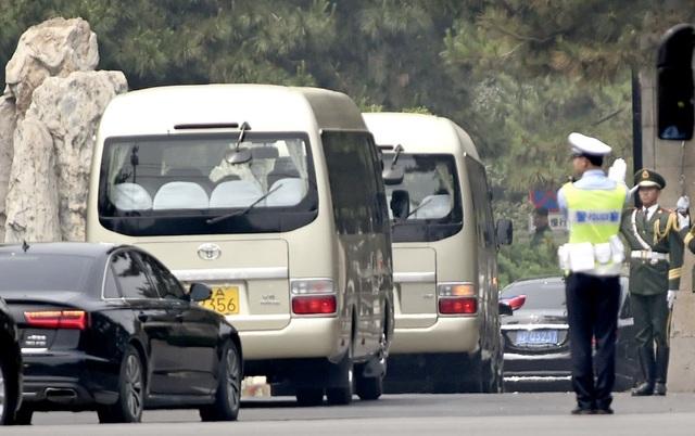 Đoàn xe chở phái đoàn Triều Tiên thăm Trung Quốc ngày 14/5. (Ảnh: Kyodo)