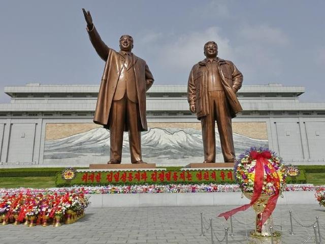 Tượng đài hai cố lãnh đạo Kim Nhật Thành và Kim Jong-il (Ảnh: Rachel Davey)