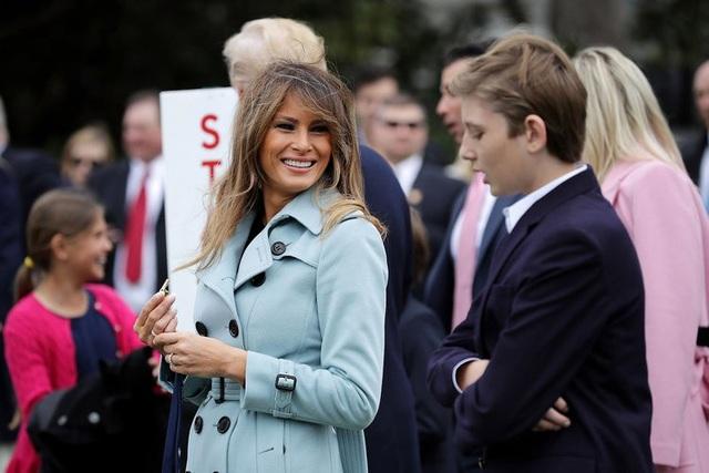 Không thể phủ nhận bà Melania Trump là một người rất kín tiếng. Có thể vì thế mà có nhiều đồn đoán về cuộc sống của vợ chồng bà trong Nhà Trắng. Có thông tin cho rằng trên thực tế bà Melania không sống trong dinh Tổng thống Mỹ, mà sống cùng bố mẹ đẻ ở một ngôi nhà gần trường học của con trai. Người phát ngôn của bà Melania đã phủ nhận thông tin này. (Ảnh: Getty)