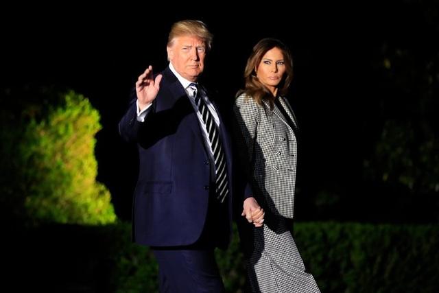 Cũng có đồn đoán rằng bà Melania và Tổng thống Trump dành rất ít thời gian ở bên nhau. Hai người được cho là ngủ riêng phòng và có lịch làm việc hoàn toàn khác nhau. Truyền thông cũng để ý thấy bà Melania dường như thường từ chối nắm tay chồng và ít khi cùng chồng đi tới các sự kiện. Chính vì vậy, cuộc hôn nhân của Tổng thống Trump được coi là một trong những điều gây tò mò nhất đối với truyền thông và công chúng. (Ảnh: AP)