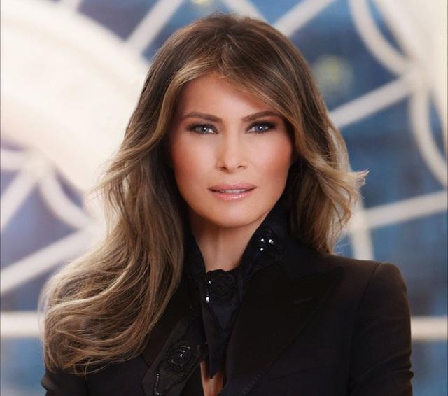 Bản thân bà Melania chưa từng đề cập về điều này. Bạn bè của bà Melania cho biết Đệ nhất phu nhân là một người rất kín tiếng, thường xuyên về sớm khi đi dự sự kiện và tránh trở thành trung tâm của sự chú ý. Dù sống khá khép kín với giới truyền thông, song đa số người dân Mỹ vẫn có ấn tượng tốt đối với bà Melania. Kết quả thăm dò cho thấy bà thậm chí còn nổi tiếng hơn cả phu quân của mình là Tổng thống Donald Trump. (Ảnh: Nhà Trắng)