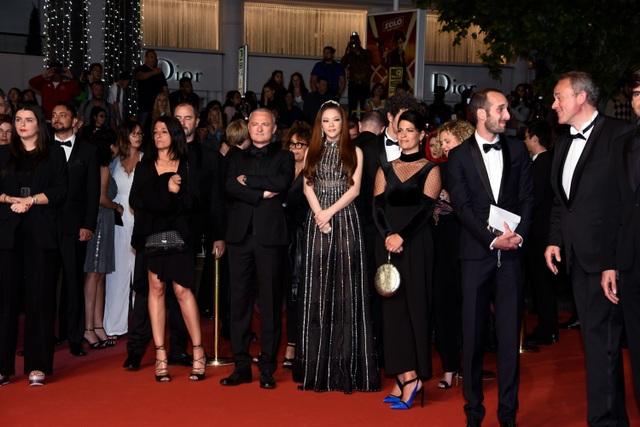 Lý Nhã Kỳ cùng ê-kíp sản xuất Angel Face trong buổi ra mắt phim tại Cannes hôm 12/5.
