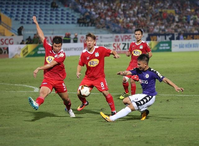 Quang Hải thi đấu đầy xông xáo trên sân