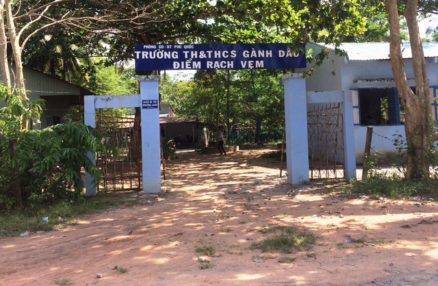 Dù cơ sở vật chất điểm phụ Rạch Vẹm (thuộc trường tiểu học và THCS Gành Dầu) còn nhiều khó khăn nhưng các thầy cô nơi đây vẫn vượt khó bám trường dạy học cho con em bà con làng chài Rạch Vẹm