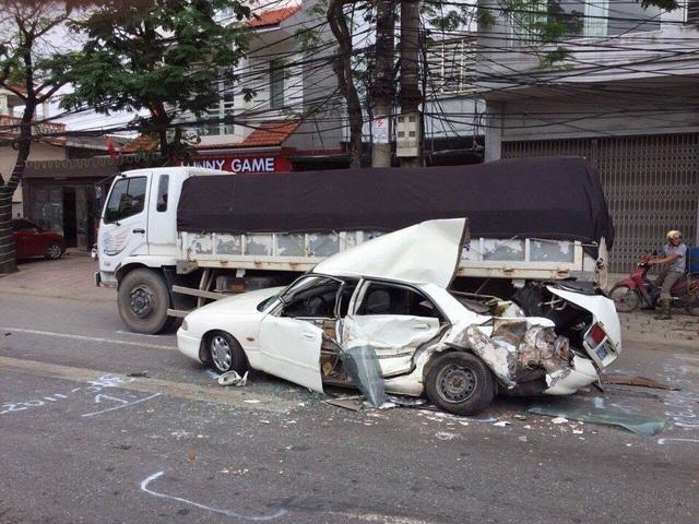 Chiếc xe nát bét sau cú va chạm (ảnh Fb)