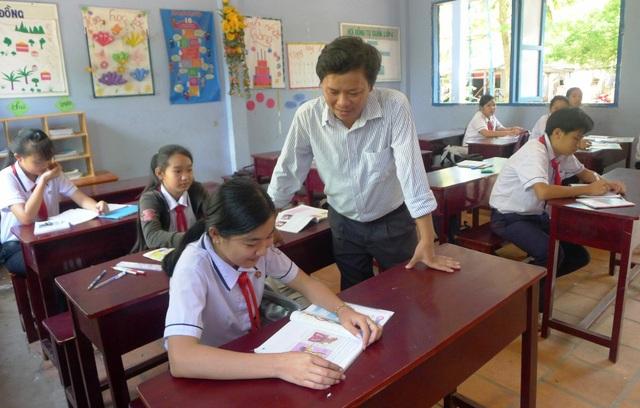 Trong các giáo viên gắng bó với điểm phụ Rạch Vẹm, có thầy Nguyễn Thanh Tâm. Mỗi tuần thầy Tâm phải băng qua đường rừng 13-14km đến điểm Rạch Vẹm dạy học