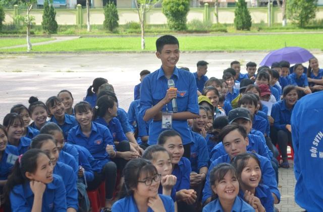 Học sinh mạnh dạn đặt câu hỏi cho các tình nguyện viên.
