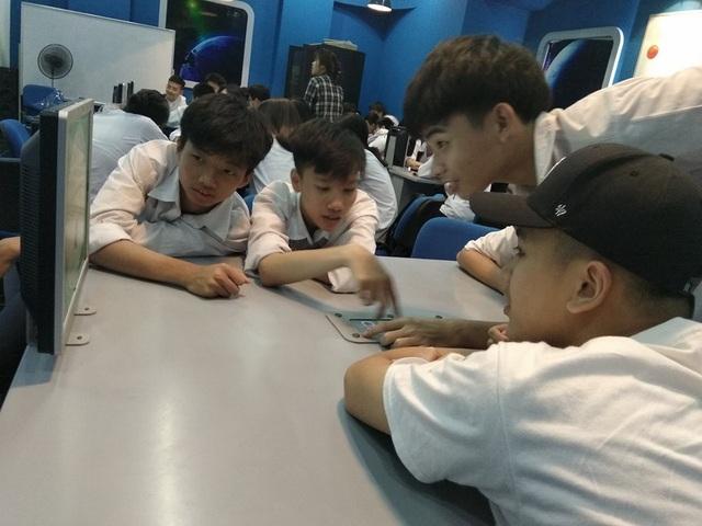 Học sinh tham gia thực hành tại Trung tâm Năng lượng Nguyên tử.