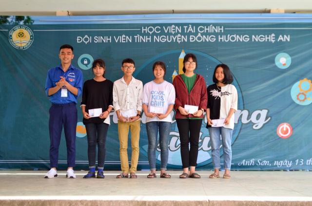 Trong chương trình những phần quà ý nghĩa cũng được trao tặng cho các học sinh nghèo vượt khó.