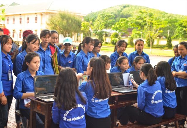 Các tình nguyện viên tư vấn, trang bị hành trang sĩ tử 2018 cho các học sinh huyện miền núi Anh Sơn, Nghệ An.