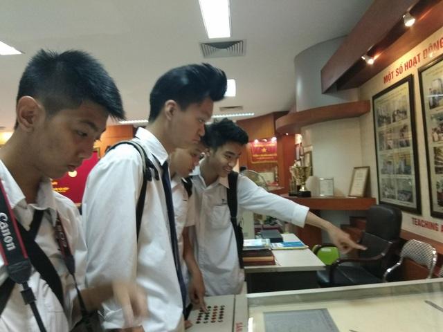 Tham quan phòng truyền thống của ĐHBK Hà Nội.