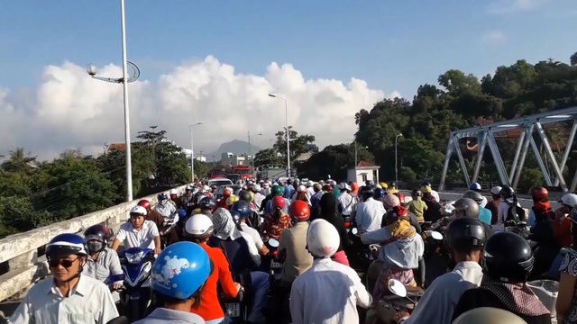 Thi công cầu Đà Rằng gây ách tắc giao thông khiến người dân bức xúc