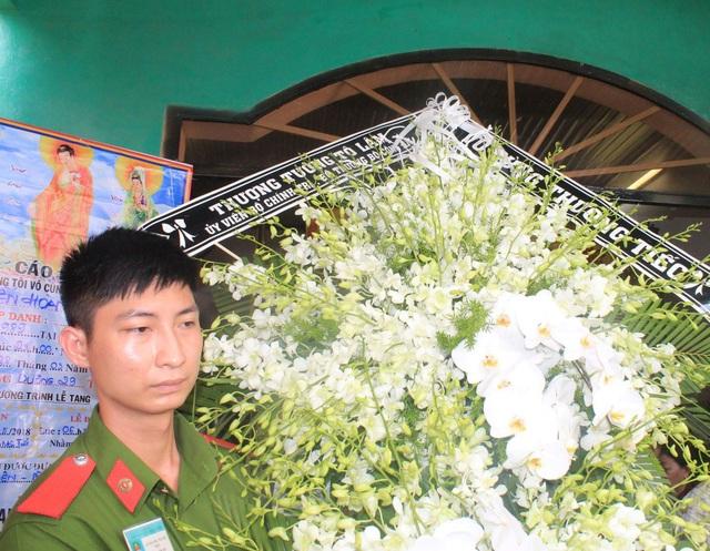 Vòng hoa của Bộ trưởng Công an Tô Lâm viếng hiệp sĩ Nguyễn Hoàng Nam