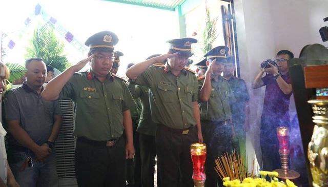Lãnh đạo Công an tỉnh Đồng Nai thắp hương chia buồn tại đám tang hiệp sĩ Nguyễn Hoàng Nam
