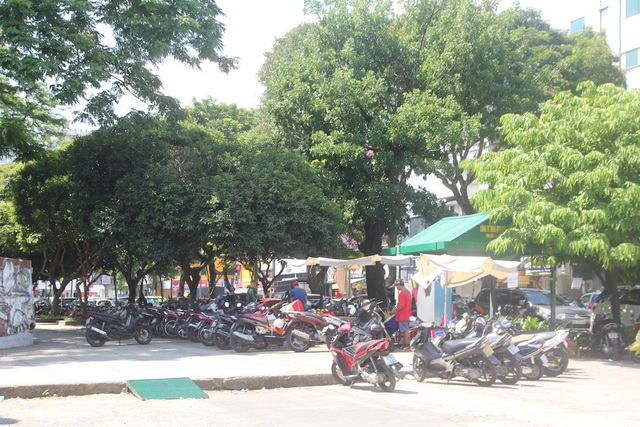 Bãi giữ xe tại công viên Lê Văn Tám (quận 1). Nơi đây được quy hoạch làm bãi đậu xe ngầm nhưng nhiều năm trôi qua vẫn án binh bất động