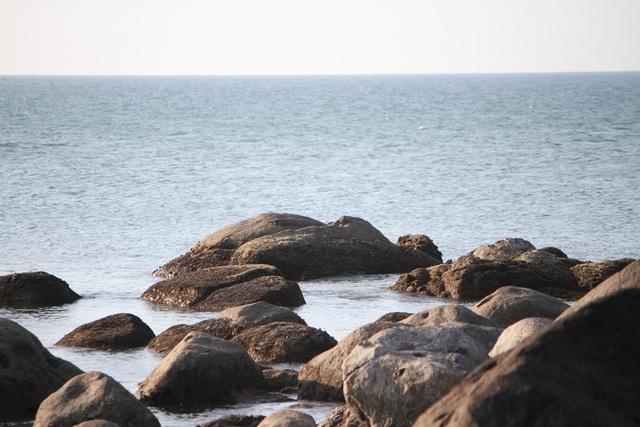 Những khối đá to nhiều hình thù tô điểm cho khung cảnh hoang sơ