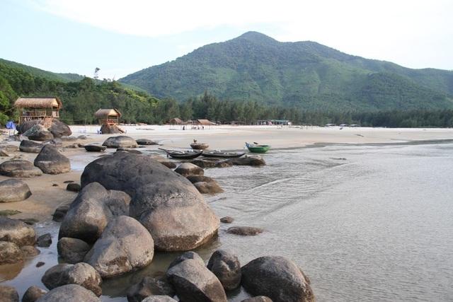 Sóng nước, núi xanh và bãi đá nguyên sinh ở biển Lộc Bình