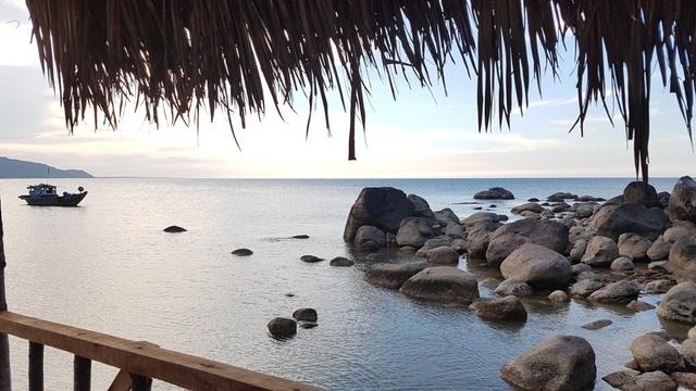 Nhìn biển từ chòi trên đá