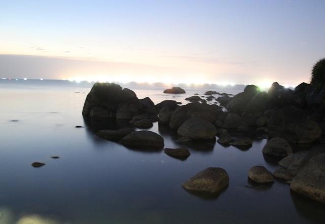 Dòng biển đêm hiện lên huyền ảo khi chụp bằng tốc độ chậm