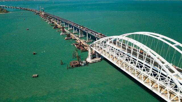 Cây cầu nối đất liền Nga với bán đảo Crimea (Ảnh: RT)