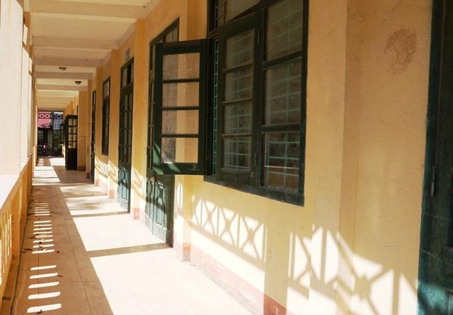 Để đảm bảo an toàn cho thầy và trò, chính quyền đã chỉ đạo niêm phong khu nhà 2 tầng lại