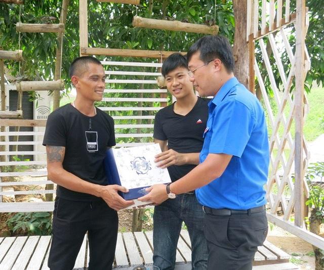 Trước nghị lực của Hải, anh Lê Quốc Phong, Ủy viên dự khuyết Ban chấp hành Trung ương Đảng, Bí thư thứ nhất Trung ương Đoàn đã đến thăm và tặng quà động viên.