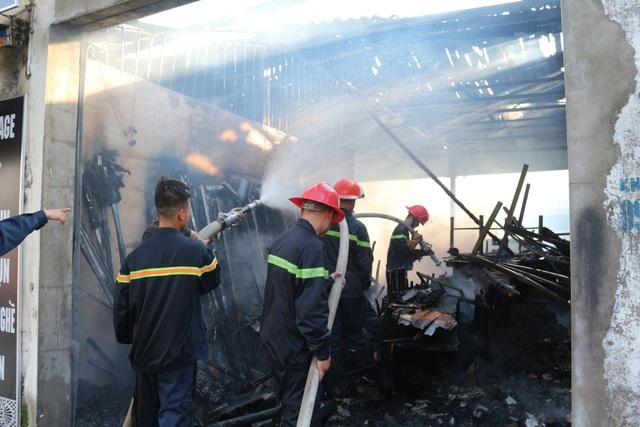 Ki ốt gần chợ cháy dữ dội, 2 ô tô bị lửa bén - 2