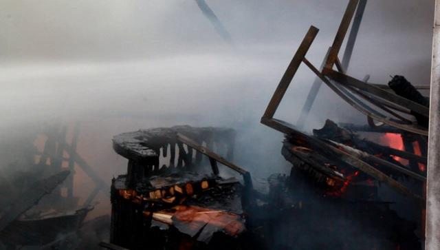 Ki ốt gần chợ cháy dữ dội, 2 ô tô bị lửa bén - 3