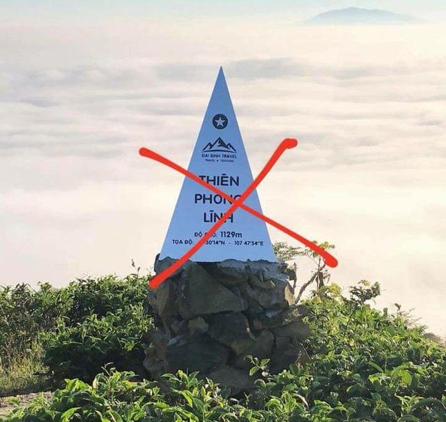 Tấm bia ghi tên núi Thiên Phong Lĩnh của Trung Quốc lại được đặt tại núi Đại Bình (Lâm Đồng) gây bức xúc dư luận (ảnh do bạn đọc cung cấp)