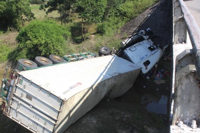 Xe container lao thẳng xuống chân cầu sau khi tông xe khách - 4